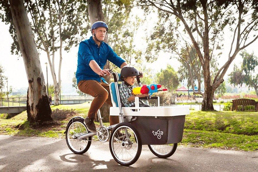 Kinder mit dem Fahrrad tragen.Mit dem Fahrrad Kinder tragen